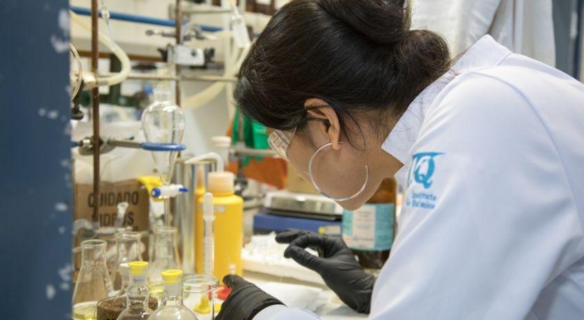 pesquisadora observando composto químico